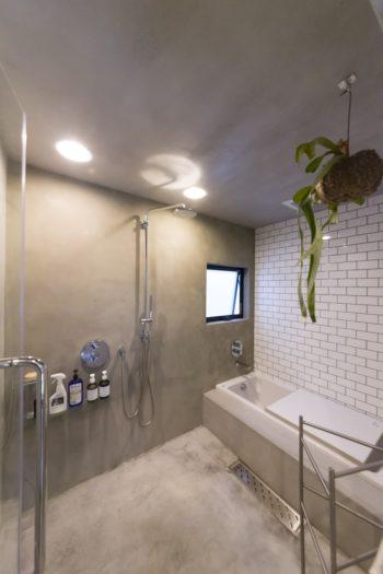 バスルームの壁はモルタルとサブウェイタイル。サブウェイタイルは洗面所やキッチンにも使っている。