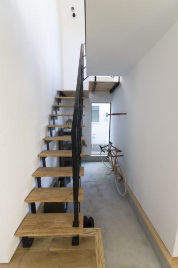 アイアンの手摺りを使った階段室はモルタルの床にして、自転車のラックは予め設置した。