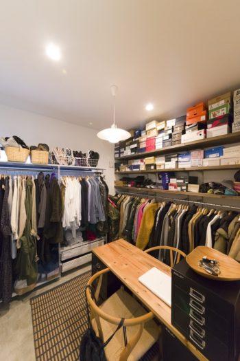 玄関脇の小部屋は恭子さんのネイルサロンにする予定もあるが、現在は衣装持ちのふたりのクローゼットルームのような使い方に。