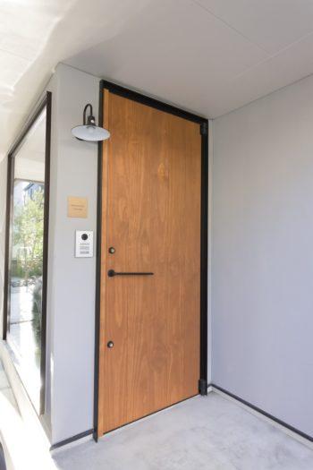 玄関ドアの長い把手は、〈ライアン〉にオーダーしたもの。