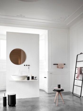白いバスルームに黒の小物が映えるモダンな空間。