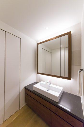 1階の洗面所。すっきりと洗練されたホテルライクな造り。