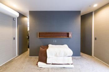 現在は家族全員で寝ているという2階の寝室。奥のクローゼットへは左右の扉から出入りでき、回遊性がある。