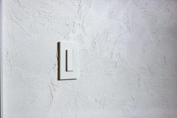 スイッチやプレートは、各部屋の壁のクロスや素材に合わせ、「スガツネ」のショールームで1つ1つ選んだ。