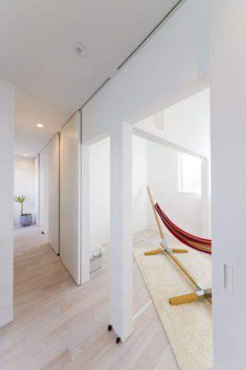2階には、可動式の扉で開け閉めできるコンパクトな子ども部屋が4つ。