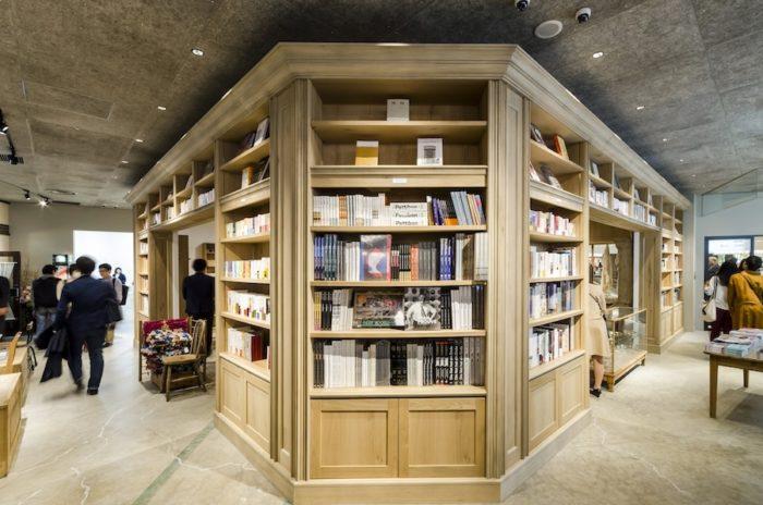 床から天井までの巨大な本棚が印象的な「Library」。海外の図書館のような迫力がある。