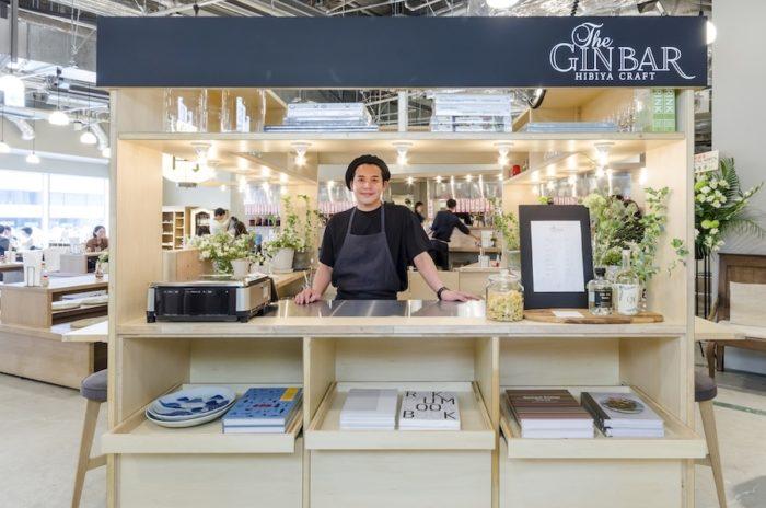 期間限定でクラフトジンと日替わり弁当を提供するポップアップスタンド。オープン前日には丸山智博さんが。