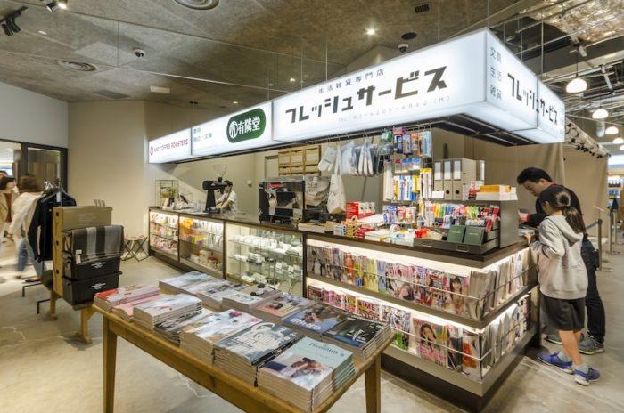 キオスクのようなスペースでは、ハンドドリップのスペシャリティコーヒー、日用品、雑誌が並ぶ。