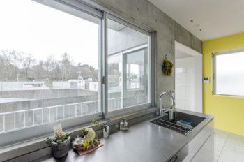 3階のキッチンからは料理をしながら森を眺めることができる。