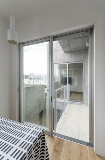 両方の窓を開けるとダイニングからリビングへ直接行くことができる。