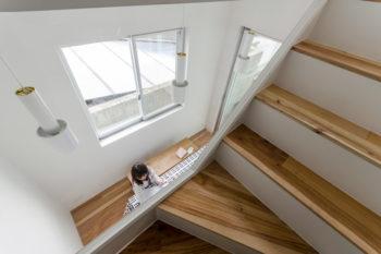 階段からダイニングを見下ろす。天井から吊られているのはアルテックのペンダントライト。