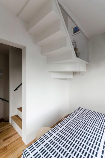 ダイニング部分に出っ張った階段。ダイニングからの見た目も考えてデザインされている。