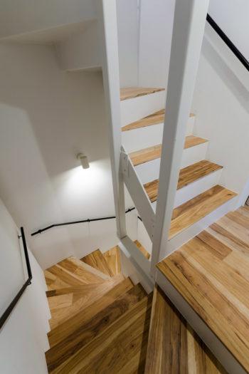 建築家の篠崎さんは4階建てのため上下の移動が苦痛にならないよう「ちょっと楽しく感じられる」階段をデザインしたという。