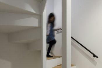 通常の納まりより10cm広くしたのも階段での移動が苦にならない理由のひとつ。