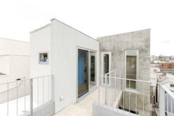 4階レベルにあるテラスから書斎(左)と和室を見る。