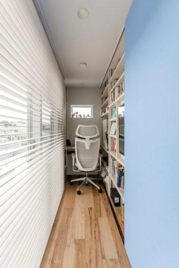 書斎の幅は80数㎝。執筆に集中するのにちょうどいいおこもり感がある。スライドする戸板には「アヤナミブルー」が塗られた。
