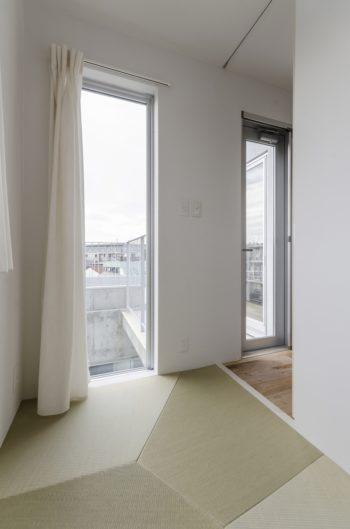 夫婦で取り合いになっているという4階の和室には「ヴォロノイ畳」(デザイン=noiz architects)が敷かれている。
