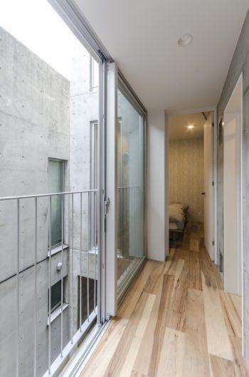 2階の廊下から寝室を見る。右に浴室がある。フローリングはピーカン材。