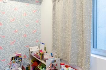 お嬢さんの部屋には自身で選んだ壁紙が貼られている。