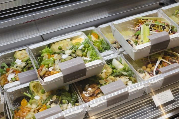 野菜がたっぷり入ったデリメニュー。レストランで提供しているメニューの一部もテイクアウトできる。