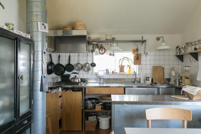 右手前にあるのが業務用の冷蔵庫。ダクトはソーラーシステムのもの。キッチンカウンター左端の下部にあるのが可動式のワゴン。