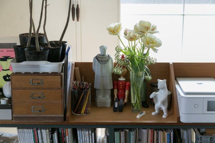 東端さんの仕事道具を置いている棚は大原さんのデザイン。