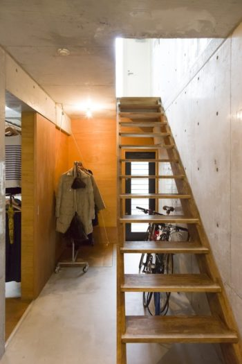 2階へ続く階段は、集成材で造ってもらったものを自らオイルで塗装した。「いい風合いがでました」。