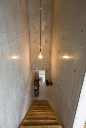 階段には、東急ハンズで購入したイカ釣り漁船のライトを吊るす。