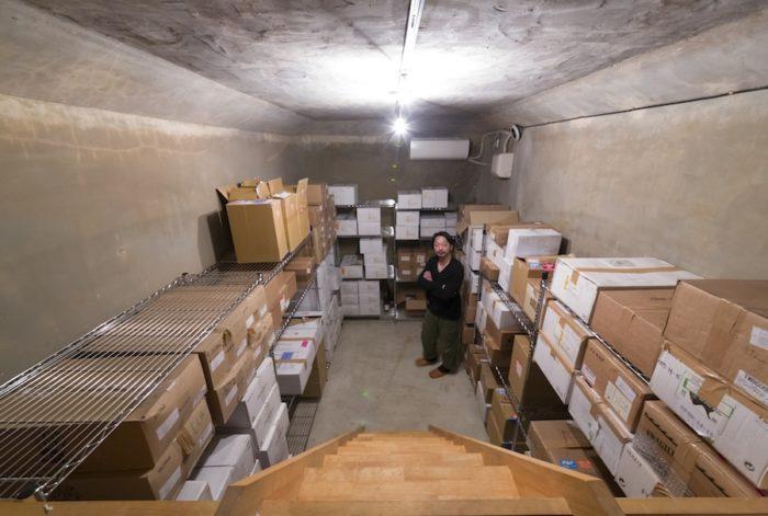 高台にあるため、その昔消防のために造られたと思われる地下水槽をワインセラーに。温度、湿度がワインを美味しく寝かせる。