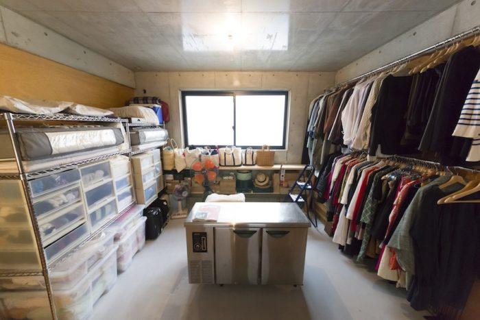ベッドルームの反対側はクローゼットとして使用。いずれは居室にも。中央は、使わなくなった業務用冷蔵庫。収納に活用している。