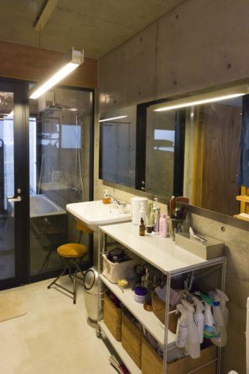 無駄のない洗面。可動棚を取り付けやすくするためラワン材を壁面に使用。