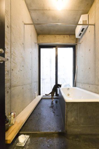 シンプルで美しいバスルーム。洗面まわりは妻・直子さんの希望が反映された。