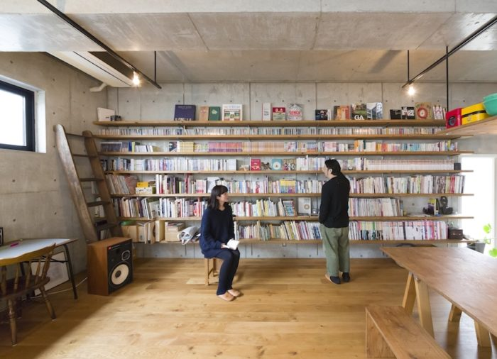 壁一面の本棚が圧巻。可変性を重視し造り込まないようにした中で、唯一造作してもらったもの。