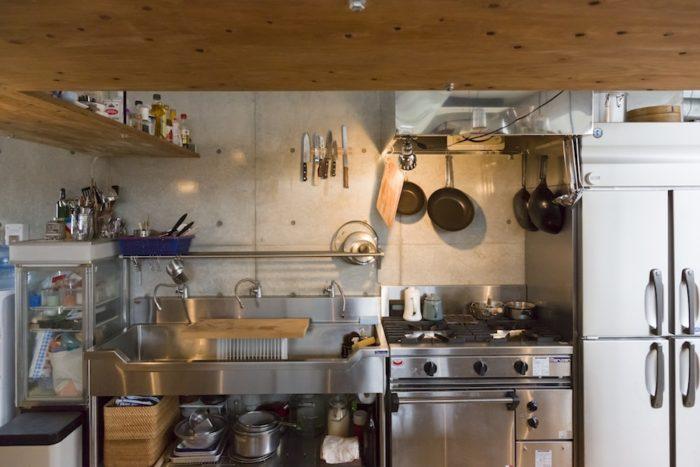 業務用キッチンを選択。「使い勝手がよくてコストも抑えられ、傷がついても味になるのが魅力です」。