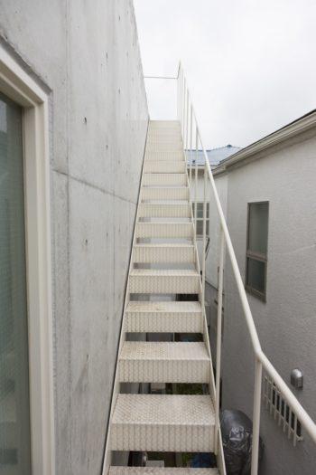 ルーフバルコニーへと続く階段。東京タワーも望める。