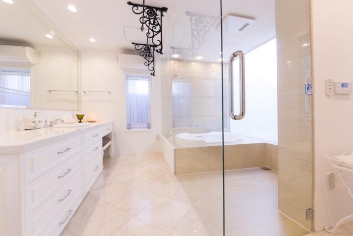 ガラスでつながるバスルームとパウダールーム。「入浴後は、毎回水滴を拭きとってから出ます。ルーティンになると苦ではありません。きれいをキープしいるので、大掃除も不要ですよ」(正徳さん)