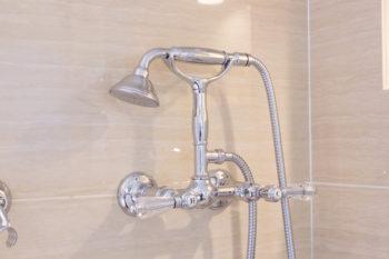 クラシカルなテレフォン型のシャワー水栓もニコラッツィ製。