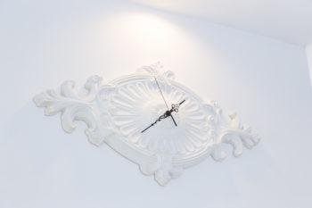 「この部屋に合う時計が見つからなかったから」と、レリーフに時計のムーブメントを取り付けた、樹子さんのアイディア作。