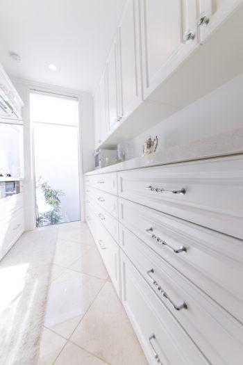 収納する物に合わせて設計したキッチンの作業台。取っ手ひとつにもこだわりがのぞく。