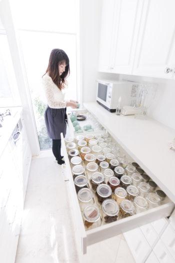料理好きの樹子さんは、香辛料も多種常備し、美しく収納している。