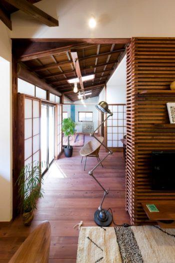 フロアライトは60年代のフランスのジェルデ社のもの。天井に並ぶペンダントライトがキュート。
