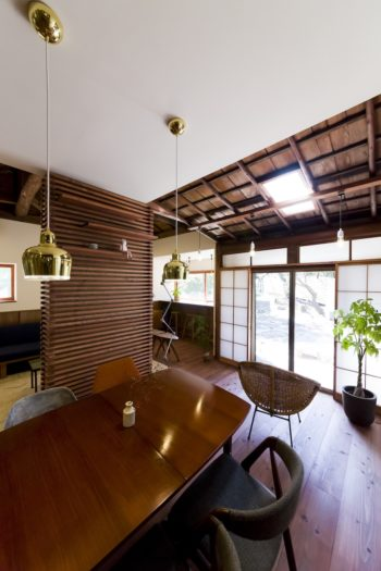 既存の天井は天窓がアクセントになっている。白の天井とのコントラストも美しい。