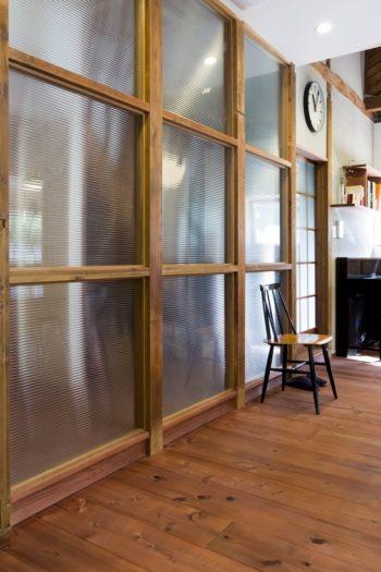 「玄関と階段室、リビングの間の仕切りはモールガラスを入れ開放感を出していただきました」。イスはイルマリ・タピオヴァラ。