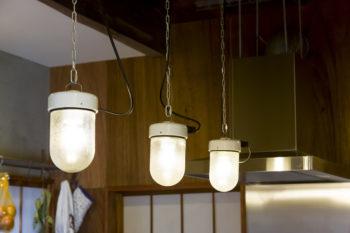 キッチンのセラミックを使ったペンダントライトは、フランスの60年代のインダストリアル系のもの。