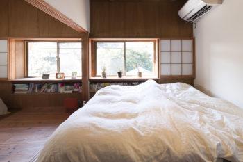 2階の寝室。窓の下のスペースを書棚にして空間を有効活用。