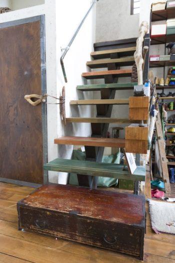 色を塗り分け、給湯管、サルスベリの木で手すりをつけた階段。古い引出しを踏み段に。