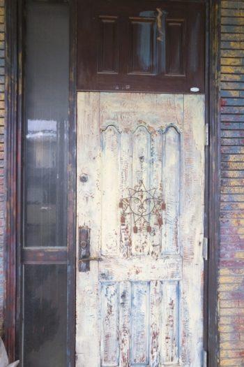 玄関からユニークな表情を見せる。剥がしたり塗り重ねたり、奥深い色合いが魅力。