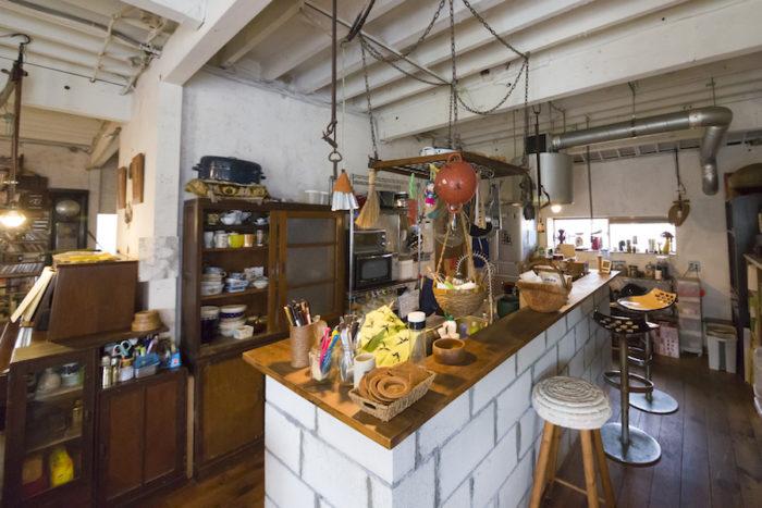 コンクリートブロックがアクセントとなっているキッチン。収納は設けず、古箪笥などを活用した。