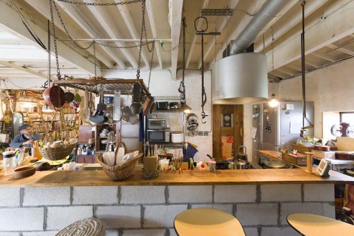 腰壁を作ったことでカウンターテーブルも設置。吊り下げられたキッチンツールが印象的。