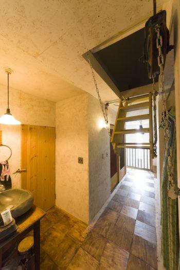 2階の床は市松模様に。屋根裏部屋へのはしごは滑車をつけてアレンジした。石臼を使った洗面も味。